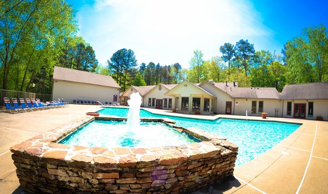 Birch Landing Apartments - Outdoor swimming pool with water fountain